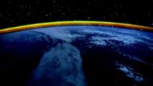 """ইয়াত দেখা হালধীয়া ৰঙৰ পটিটো সূৰ্য্যৰশ্মিৰ বায়ুমণ্ডলত হোৱা প্ৰতিফলনৰ ফল । কেলিৰ টুইট - """"Day 207, dusk over the Indian Ocean with a yellow band on the horizon"""""""